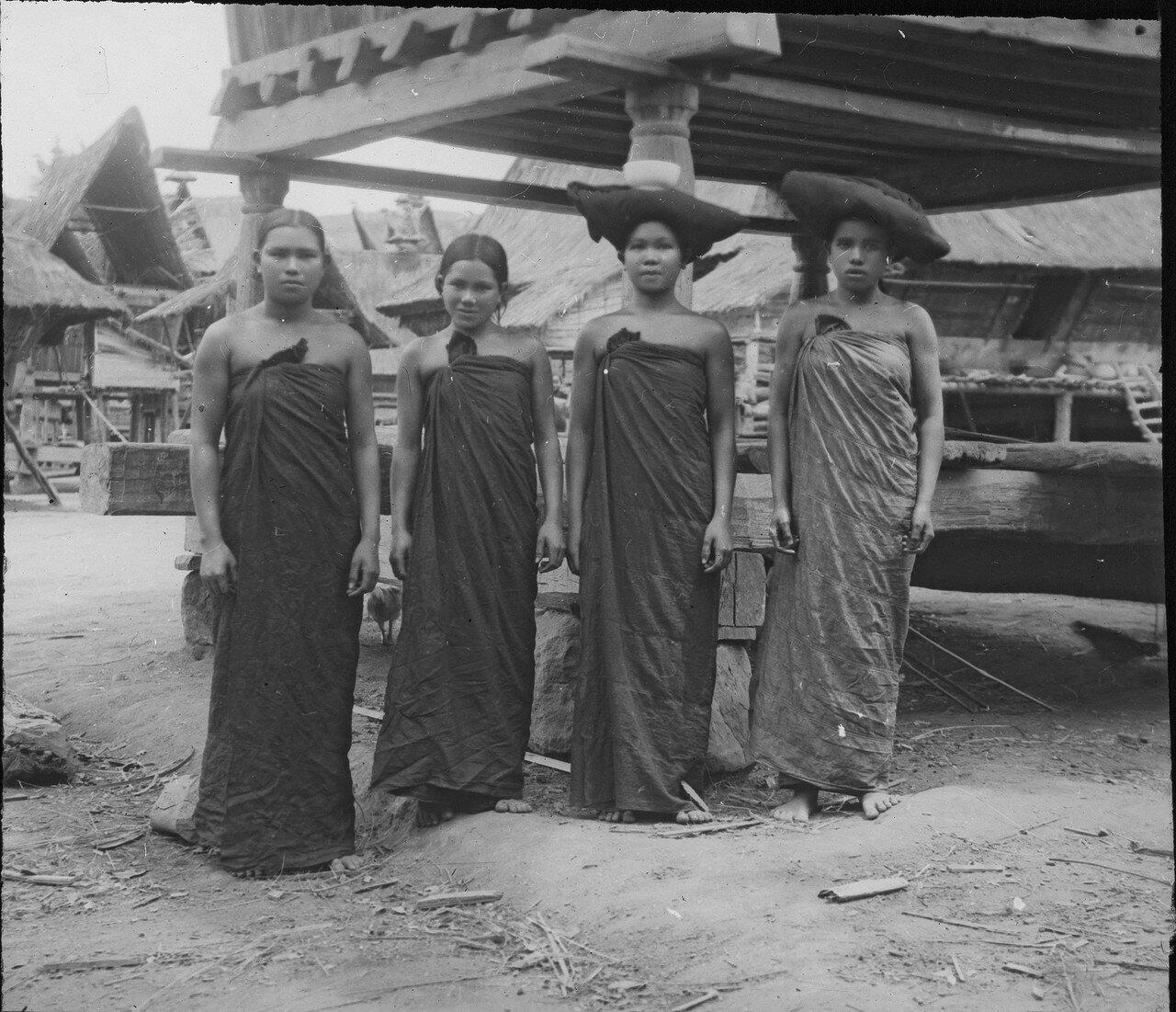 Девушки народности каро