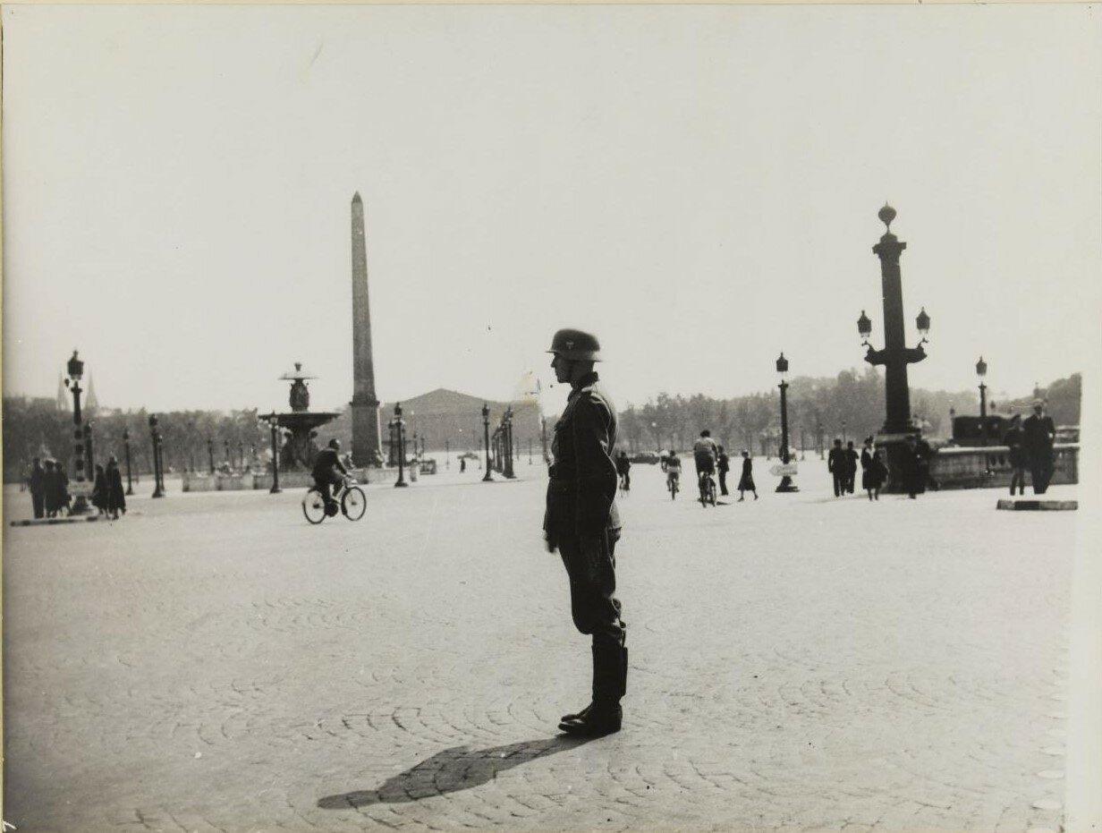 Немецкий солдат при исполнении служебных обязанностей на площади Согласия. 3 июля