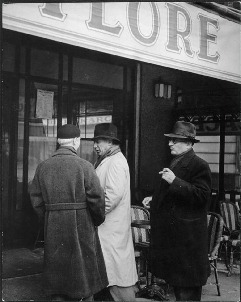 1939. Пикассо и Хайме Сабартес перед входом в «Кафе де Флор»
