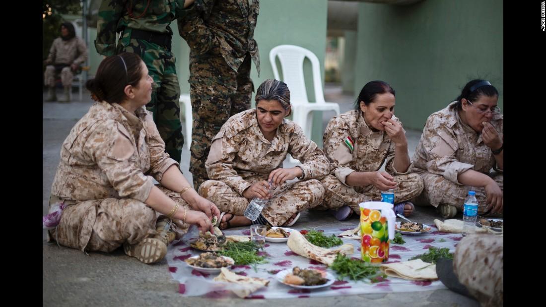 150305122234-04-cnnphotos-female-peshmerga-restricted-super-169.jpg