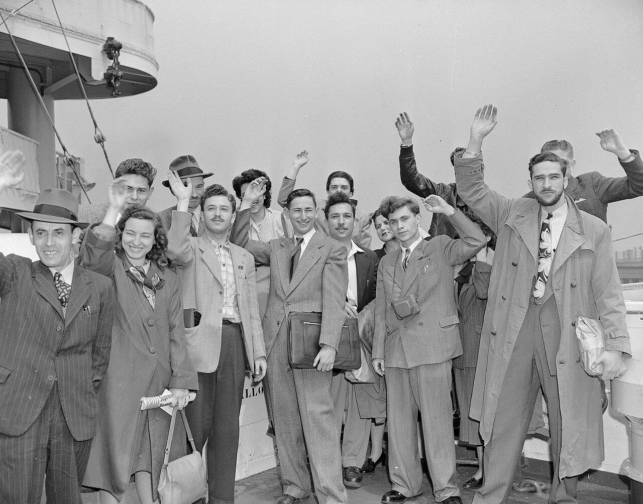 Группа евреев на борту американского лайнера Marine Carp прощаются перед вылетом из Нью-Йорка в Израиль, чтобы сражаться с арабами. 4 мая