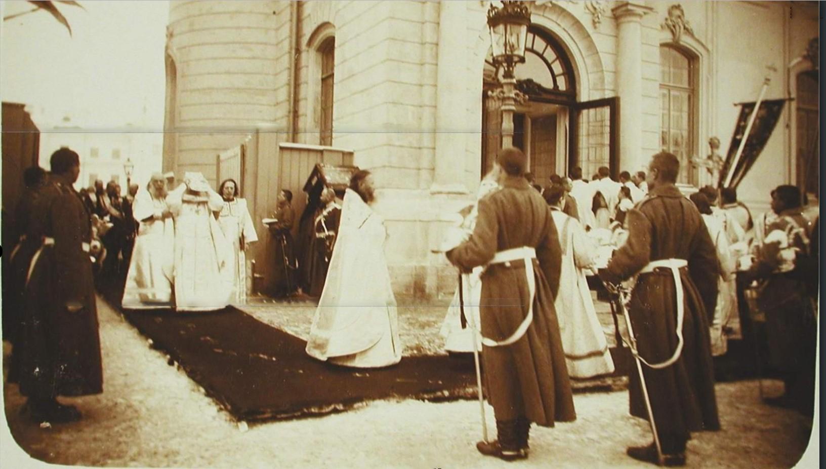 07. Участники освящения полковой церкви во время крестного хода.
