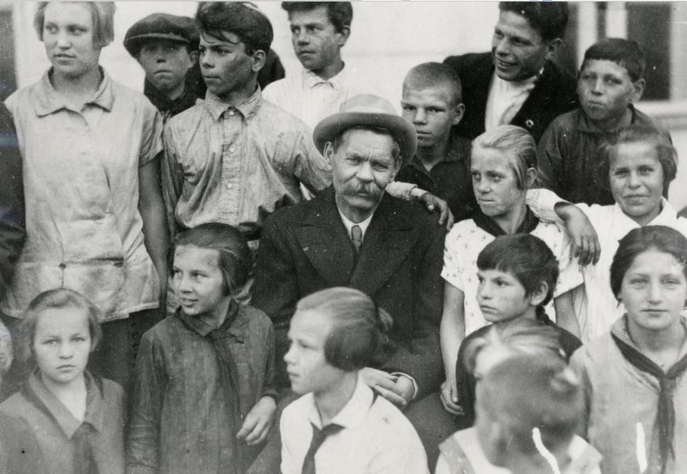 1929. Максим Горький с пионерами после возвращения из Италия