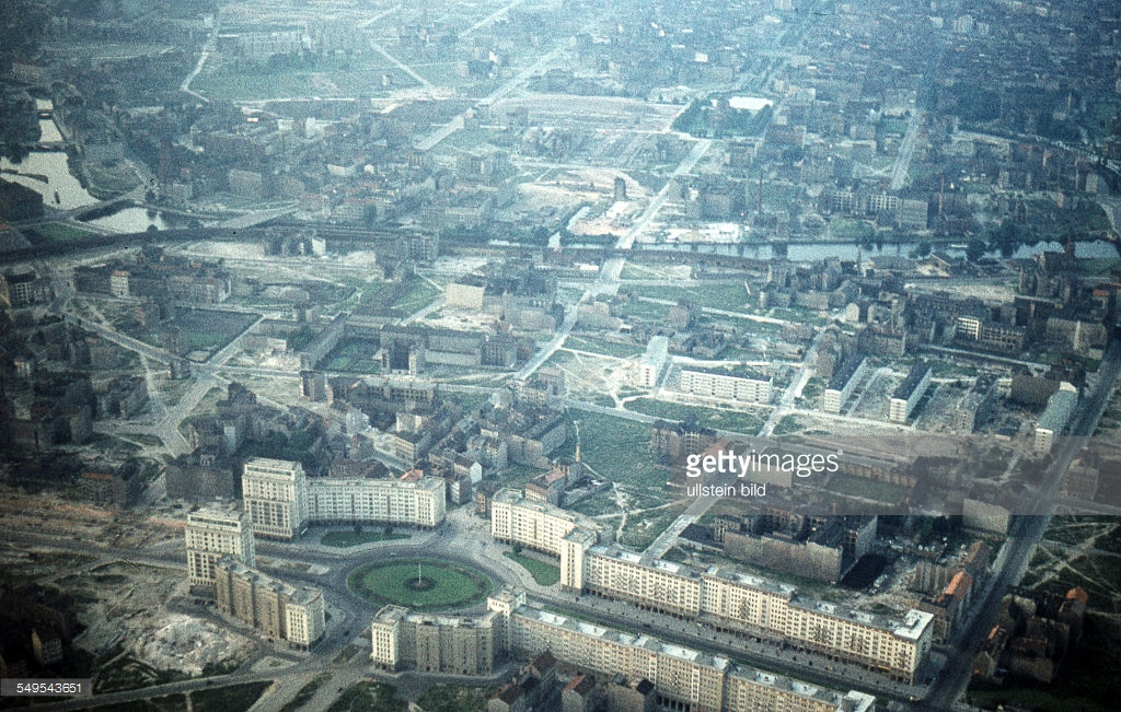 Берлин 1958c aerial view of the Stalinallee and Straussberger Platz2.jpg