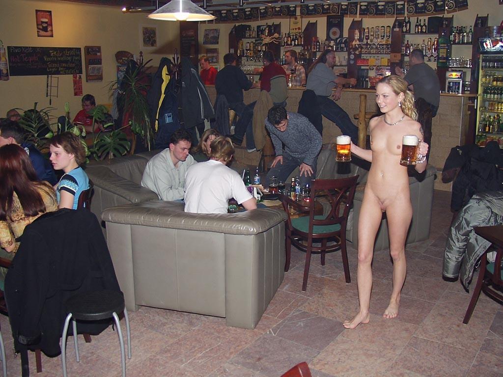 голая девушка в баре