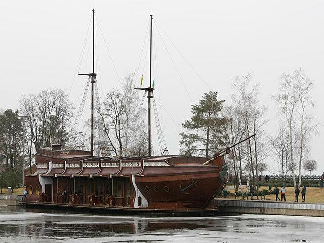 Стоячное судно Януковича и украинский корвет