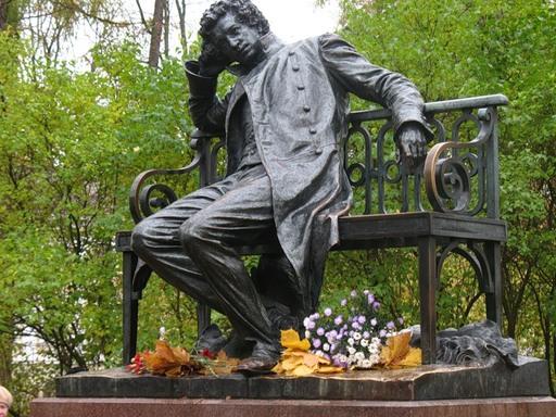 С днем поэзии! Пимятник Пушкину с цветами