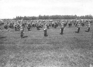 Солдаты полка во время подготовки к гимнастическим упражнениям.