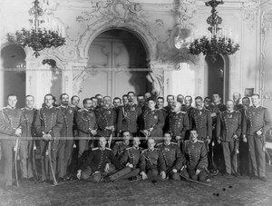 Группа офицеров полка с шефом полка великой княгиней Марией  Павловной  в ее дворце (Дворцовая набережная, 26).