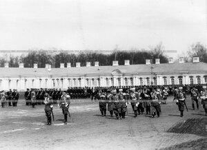Император Николай II обходит войска, выстроившиеся для парада.