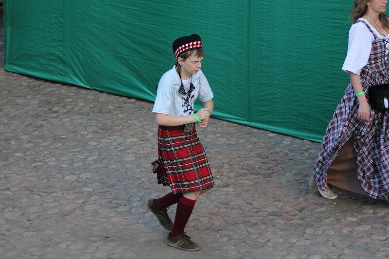 молодой шотландец в килте и берете - фестиваль «Майское дерево 2014»