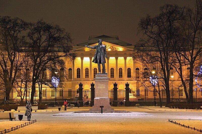 Памятник А.С. Пушкину на площади Искусств в Санкт-Петербурге. Сзади на фоне - Михайловский дворец.