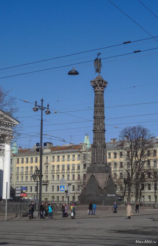 Памятник Славы - в честь победы в Русско-Турецкой войне 1877-78 годов. Первоначально был сделан из стволов турецких пушек, но в тридцатые годы его переплавили. Это - ремейк 2005 года.