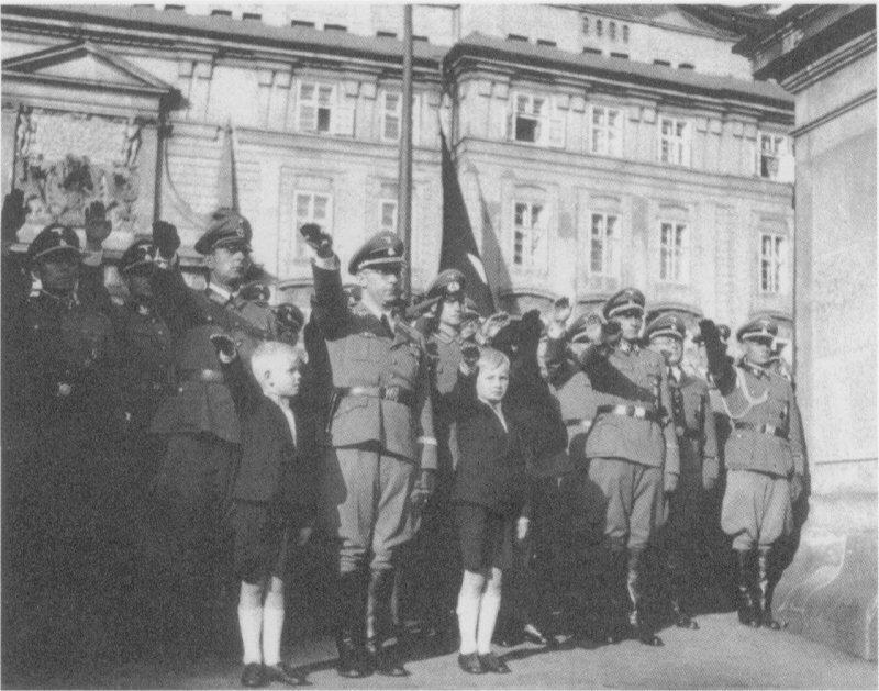 Июня 1942. Хоронят Гейдриха.jpg