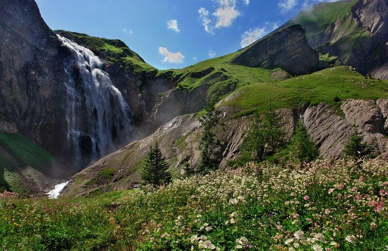 Седой и длинноусый клокочет водопад