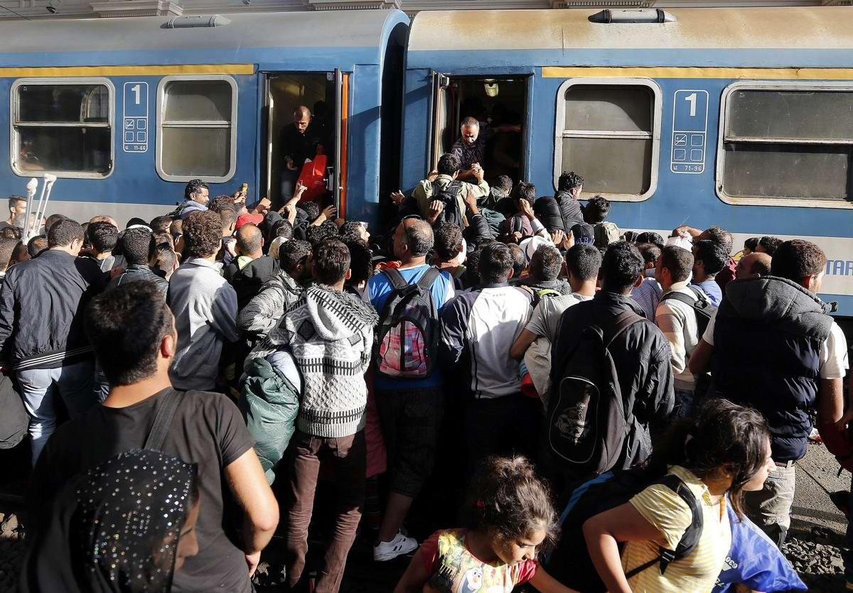 Штурм Будапешта: Мигранты с Ближнего Востока на ж/д вокзал венгерской столицы (23)