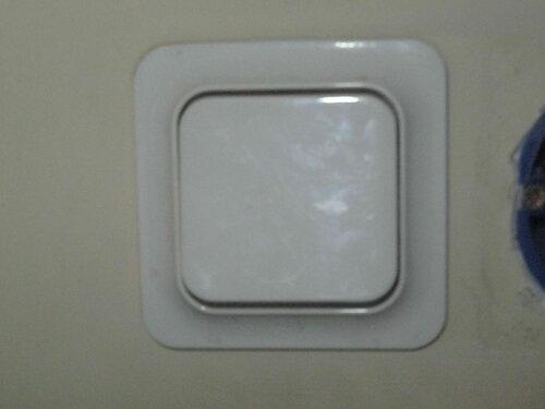 Фото 15. Одноклавишный выключатель «Элио тренд» («Eljo trend»), расположенный рядом с выключателем-виновником аварии.