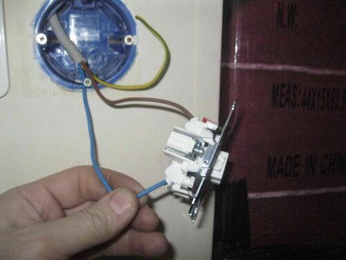 Фото 17. Провода (два из трёх) присоединены к переключателю. Третий (жёлто-зелёный) провод не используется и будет изолирован. Появилась возможность включить освещение торгового зала.