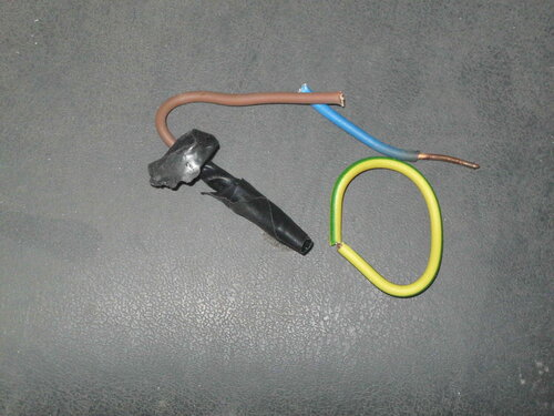 Фото 12. Обрезки проводов выключателя. Обратите внимание на последствия систематического перегрева синего провода - потемнение изоляции и окисление медной жилы.