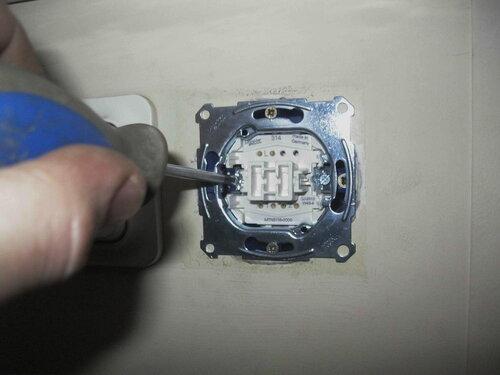 Фото 26. Затягивание винта монтажной лапки (слева).