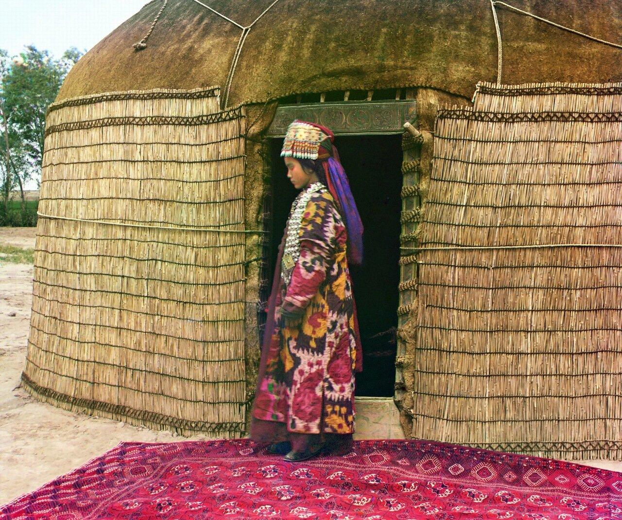Окрестности Мерва. Близ Байрам-Али. Младшая жена текинца в парадном костюме