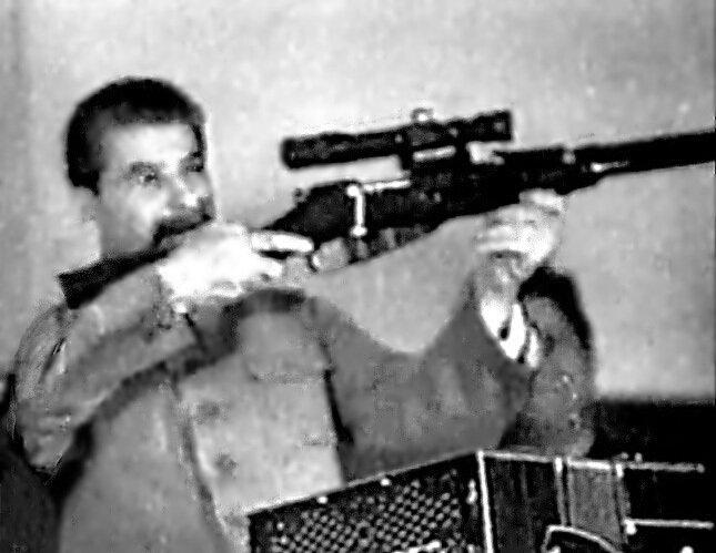 Сталин с винтовкой Мосина с прицелом. Прицелился в зал на делегатов 17 съезд партии ВКП(б). (Заседание 5 февраля 1934 г., вечернее)