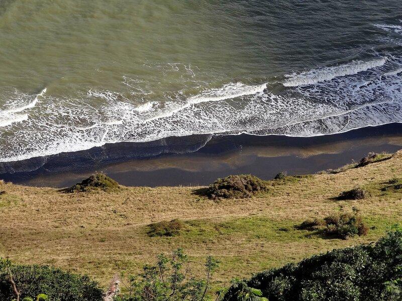А внизу - черный пляж...