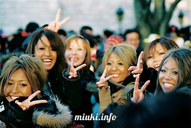 Почему японцы делают пальцами букву V, когда фотографируются