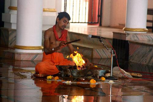 Монах совершает обряд в индуистском храме Maruti Temple, Panjim