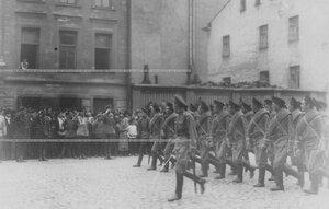 Запасной батальон полка проходит церемониальным маршем мимо командующего войскамим Петроградского военногоокруга генерала О.П.Васильковского  и сопровождающих его лиц.