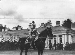 Конный обер-офицер полка в строевой парадной форме на параде.