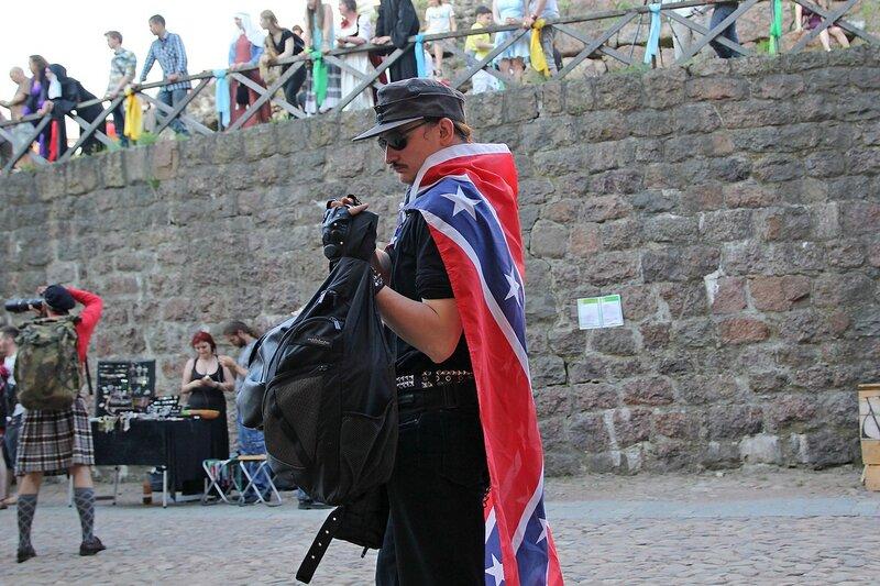 солдат Армии Конфедеративных Штатов Америки, завернувшийся в флаг конфедерации на фестивале «Майское дерево 2014»