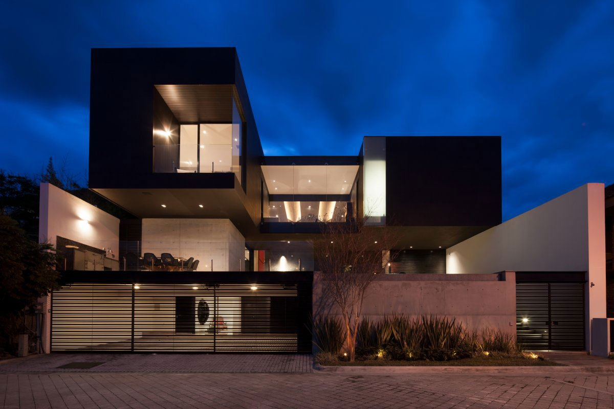 GLR Arquitectos, бетонные стены, Casa CH, особняки в Сан-Педро-Гарса-Гарсия, частные дома в Мексике фото, черный фасад дома, высокие потолки в доме