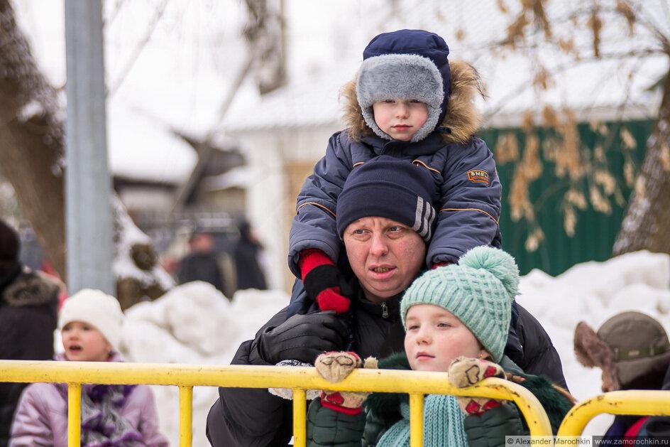 Мальчик сидит у папы на плечах