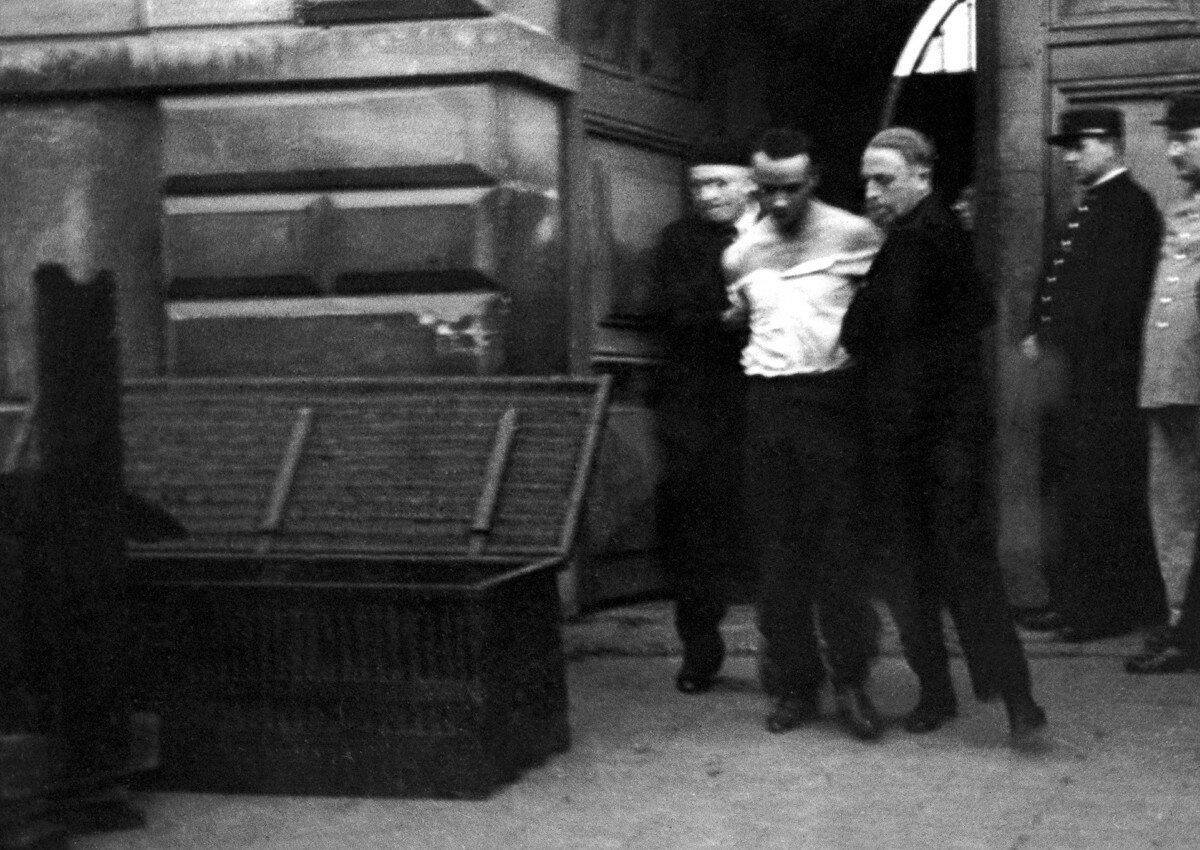 42. Вейдмана выводят из тюрьмы к месту, где расположена гильотина. Он проходит мимо ящика, куда впоследствии будет помещено его тело