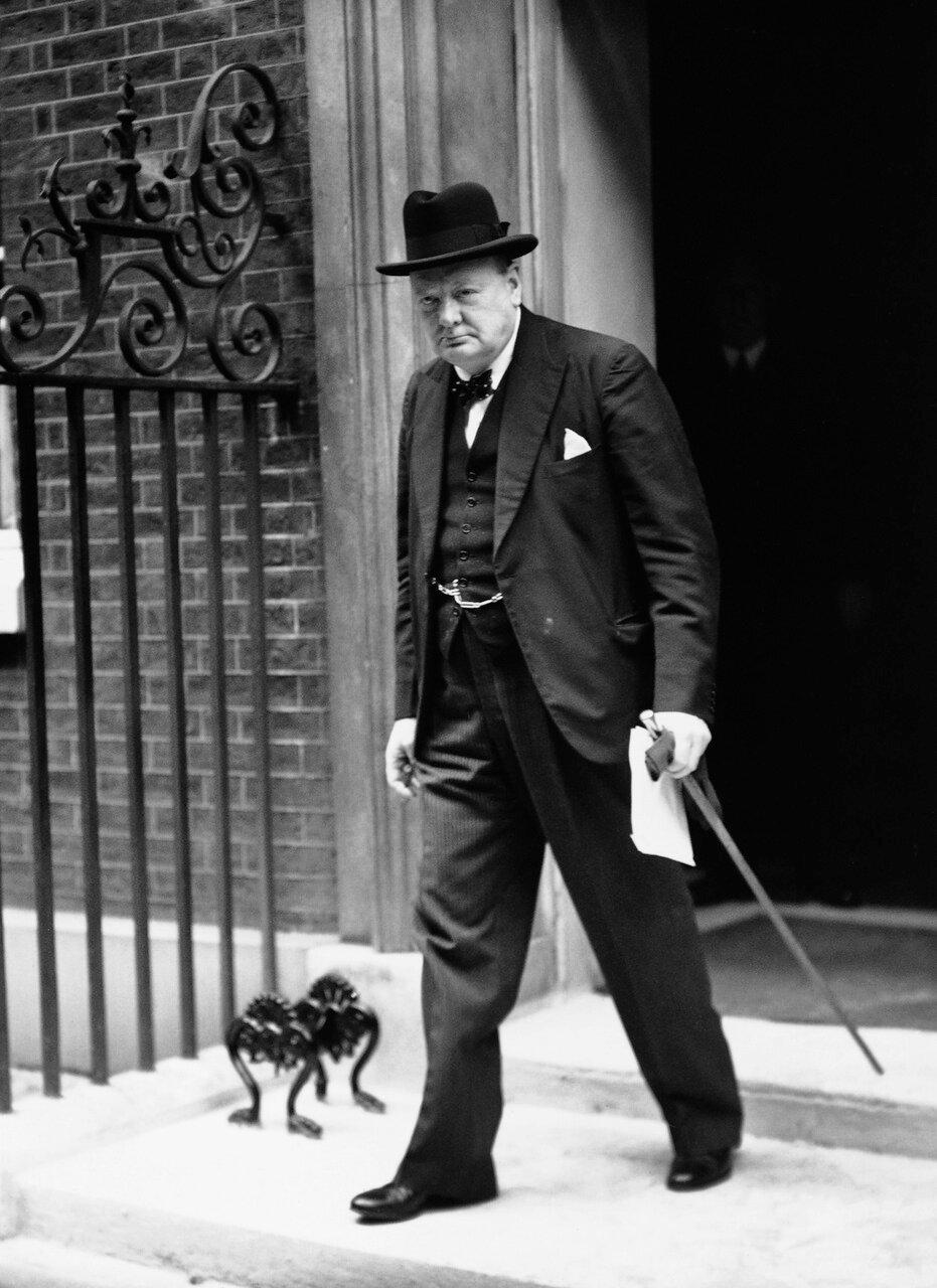 1940. Премьер-министр Уинстон Черчилль выходит из здания. Лондон, Великобритания. 04 июля