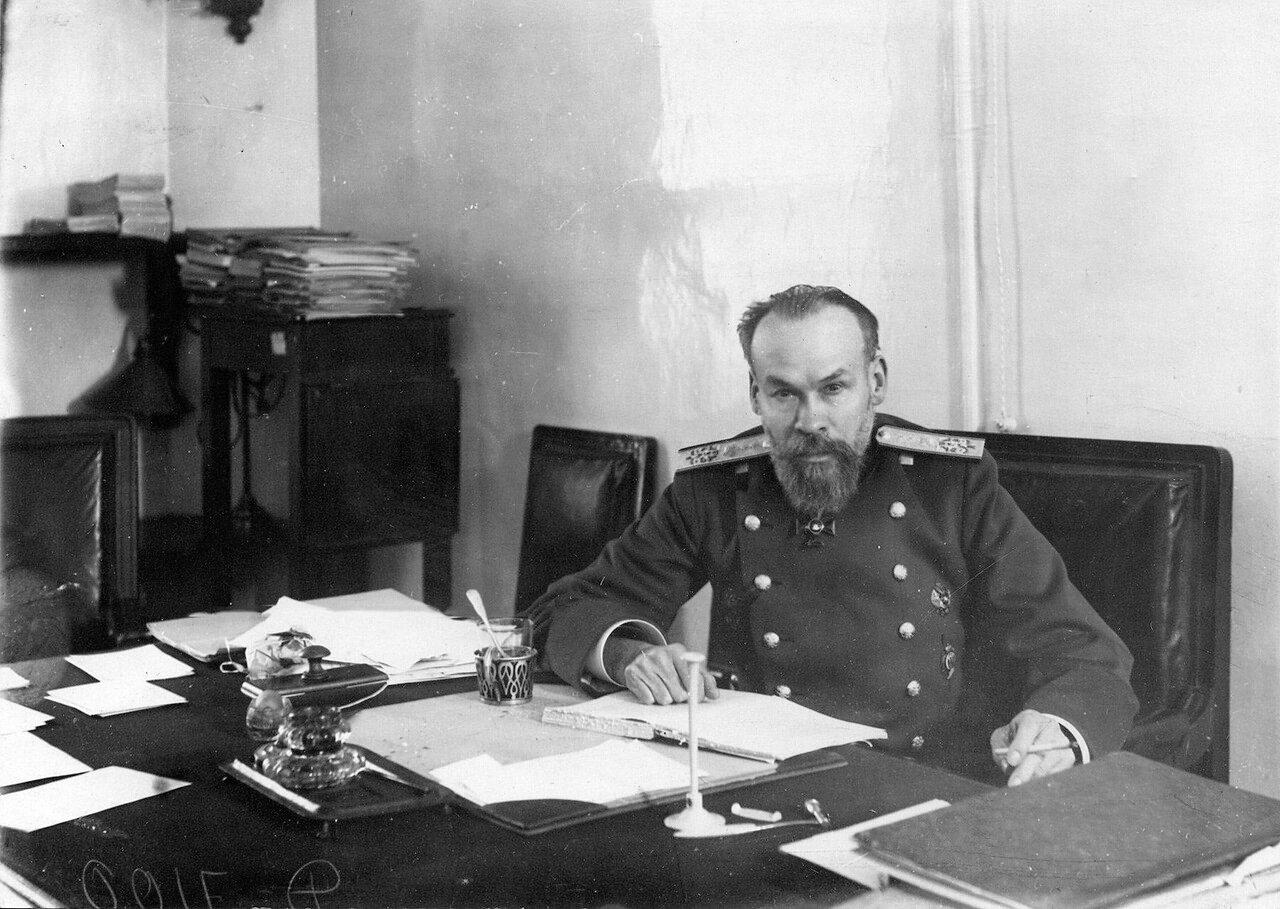 27. Доктор медицины, академик Сиротинин В.Н. за письменным столом