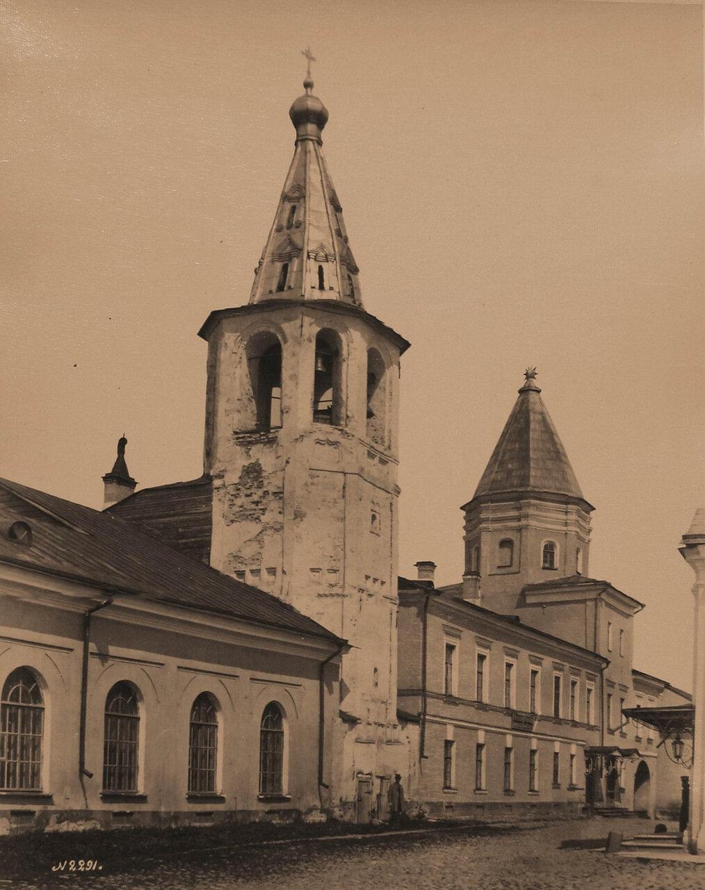 Вид на колокольню Николо-Дворищенского собора и Воротную башню Гостиного двора (постройка 90-х гг. XVII в.)