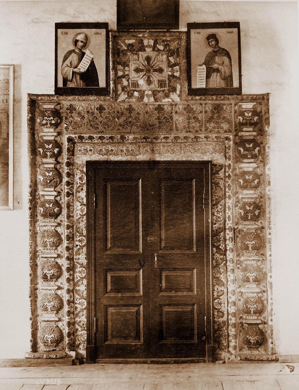 Вид двери с наличником собора Николо-Вяжищского монастыря