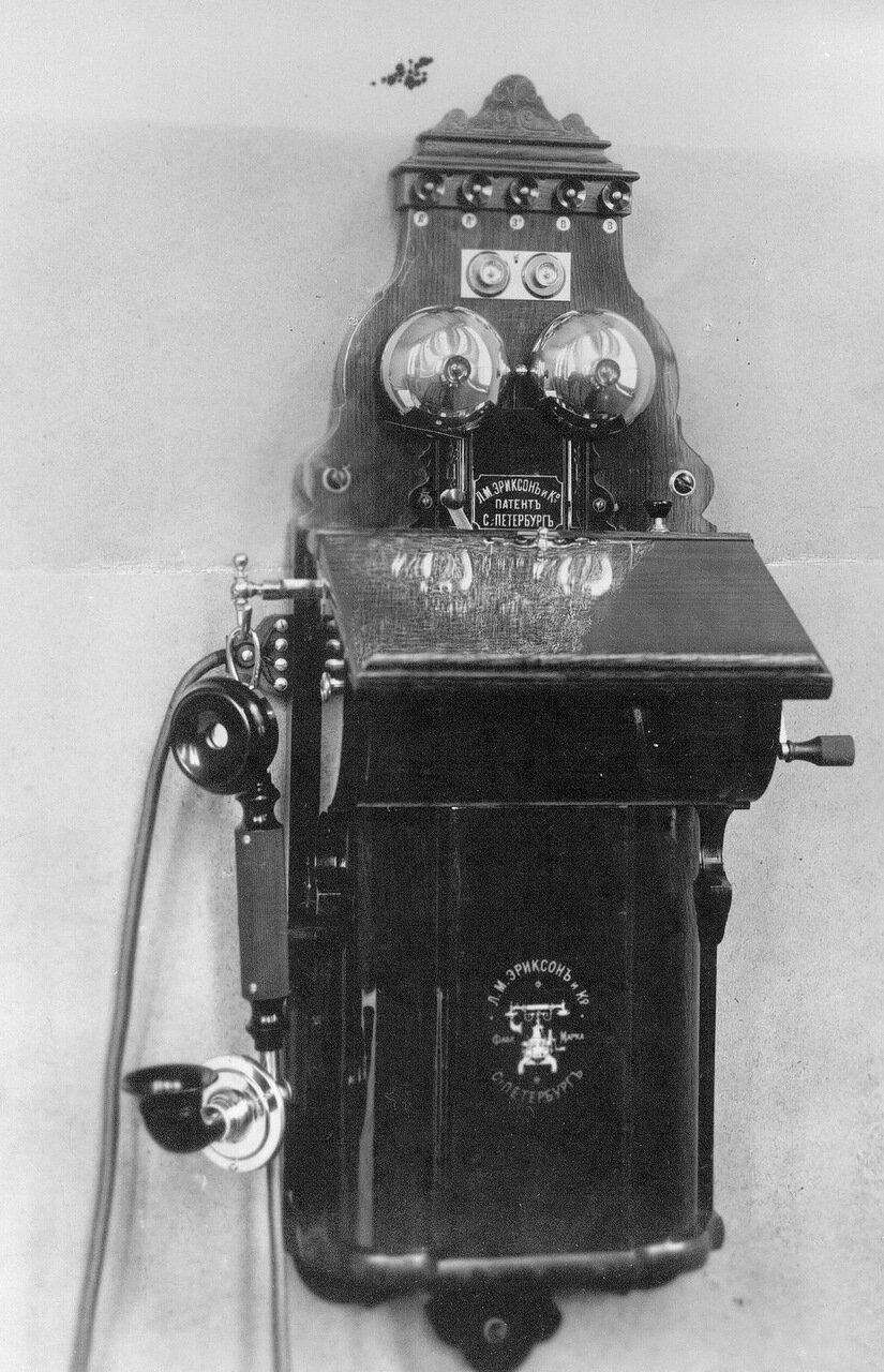 33. Внешний вид стенного индукторного аппарата с коммутатором, служащего при установке промежуточной станции двухпроводной системы