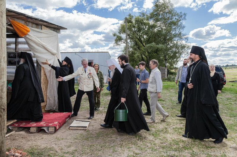 Митрополит Владимирский и Суздальский Евлогий направляется на праздничную трапезу. Храм Александра Суворова в селе Кистыш.
