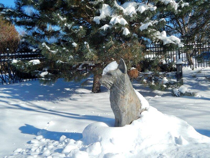 В зимнем парке. Снежный зайка.