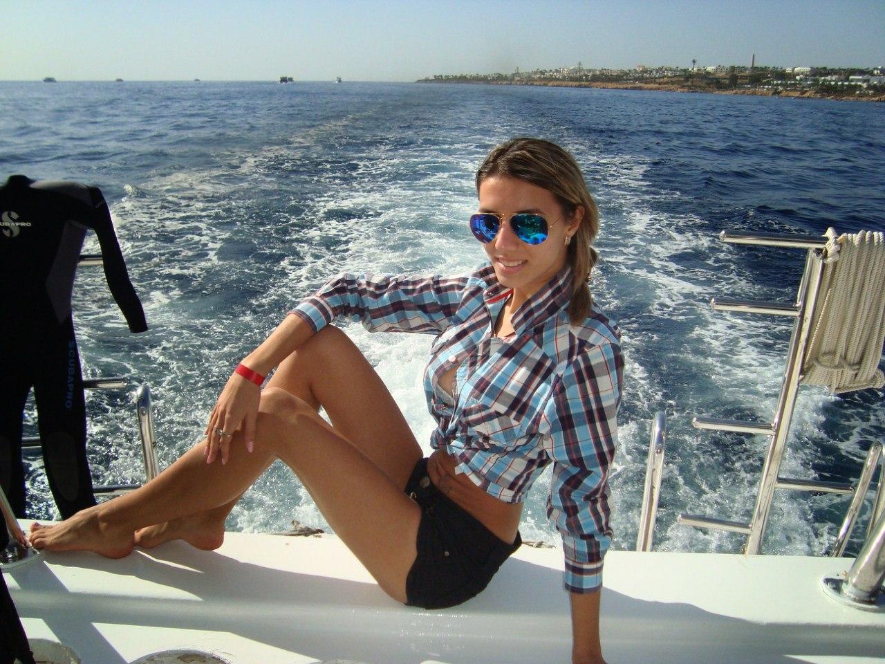 Девчонка в клетчатой рубашке на яхте