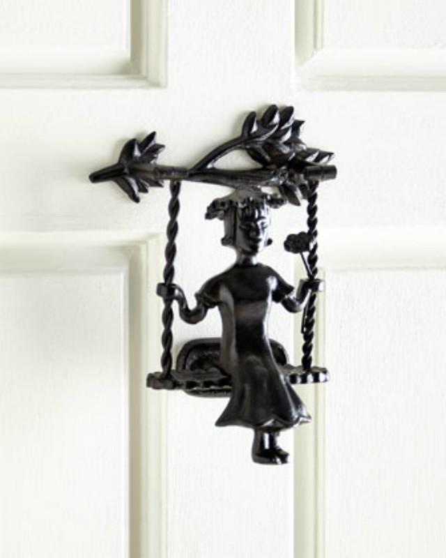 6. Качели Оригинальная дверная ручка-кнокер в виде девочки, сидящей на качелях.