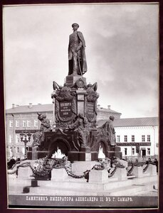 Общий вид памятника императору Александру II.