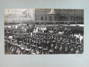 Император Николай II, императрица Александра Федоровна, великая княгиня Елизавета Федоровна проезжают мимо, выстроившихся на площади