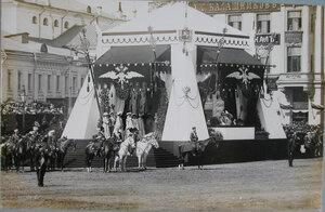 Император Николай II в царской палатке, министр Императорского Двора барон В. Б. Фредерикс - перед началом смотра