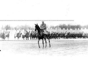 Старший офицер полка на параде.