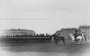 Император Николай II и сопровождающие его лица на параде Конно-гренадерского полка на Марсовом поле (слева командир полка великий князь Дмитрий Константинович).