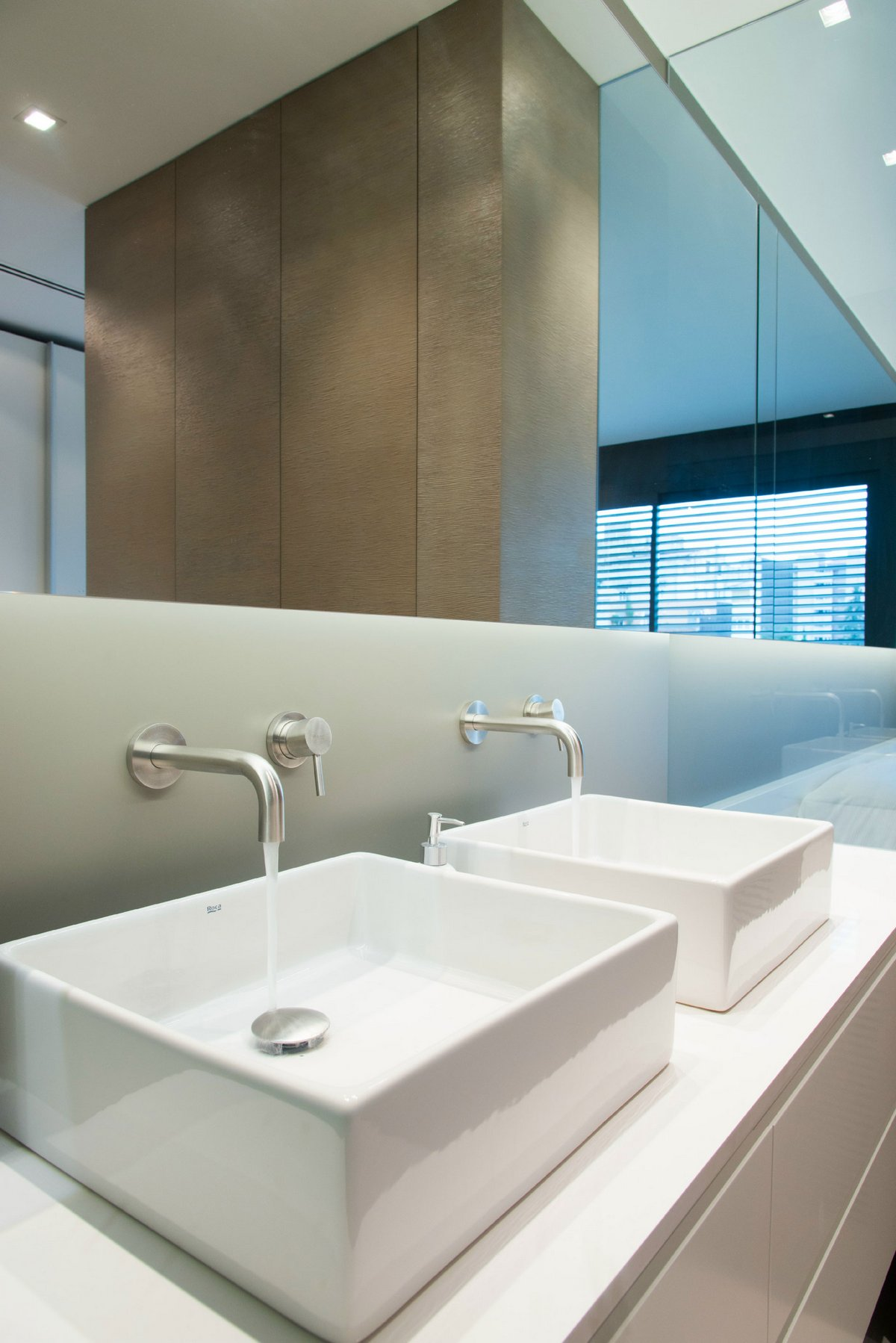 интерьер квартиры в Испании, проект светлого интерьера квартиры, двухэтажная квартира в Барселоне, интерьер минимализм фото, светлый интерьер квартиры